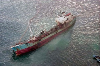 """The tanker """"Jessica"""" listing badly after running aground off San Cristóbal Island, Galapagos, Jan. 16, 2001."""