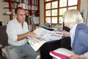 Enrique Ramos (L), publishe of El Colono, confers with USC journalism professor Judy Muller (R)